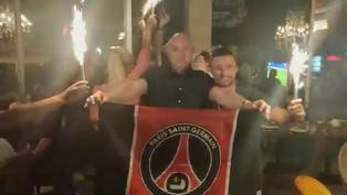 Hinchas del PSG celebran la victoria de su equipo en una cafetería en Lisboa