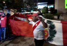 En las buenas y en las malas: hinchas en Quito realizaron 'banderazo' recibiendo a Perú [VIDEO]