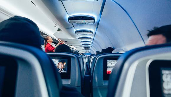 Un auxiliar de vuelo ha llamado la atención en Internet con su inesperado anuncio de seguridad. (Foto referencial: StockSnap / Pixabay)