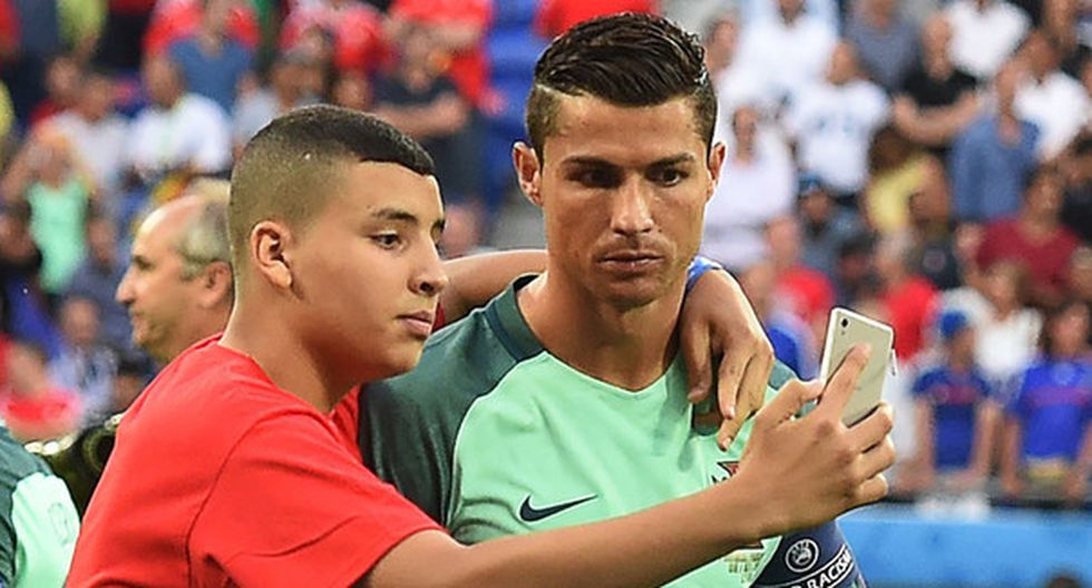 Los fanáticos que saltaron al campo por Cristiano Ronaldo. (Agencias)