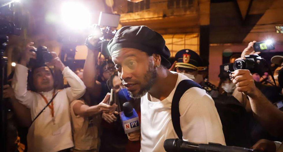 Ronaldinho y su hermano Roberto  de Assis Moreira conocieron este martes que seguirán el proceso fuera de la cárcel. (Foto: EFE)