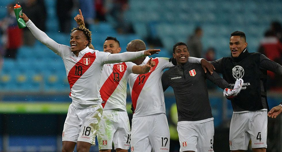 Seleccionados peruanos reciben saludos de felicitación por clasificar a final de la Copa América. (Foto: AFP)