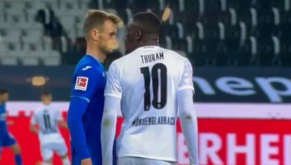La reacción de Lilian Thuram al ver el escupitajo de Marcus, su hijo, a un rival. (Fuente: Bundesliga)
