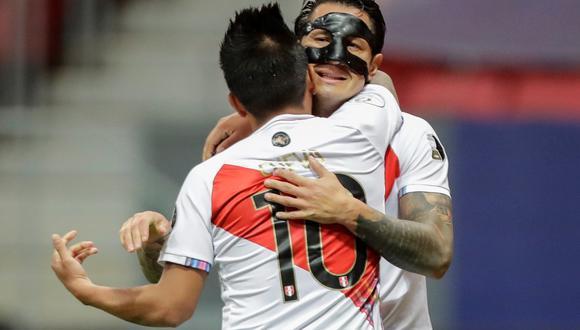 El gesto de Christian Cueva con Gianluca Lapadula, al término del partido ante Colombia. (Foto: EFE/Joedson Alves)