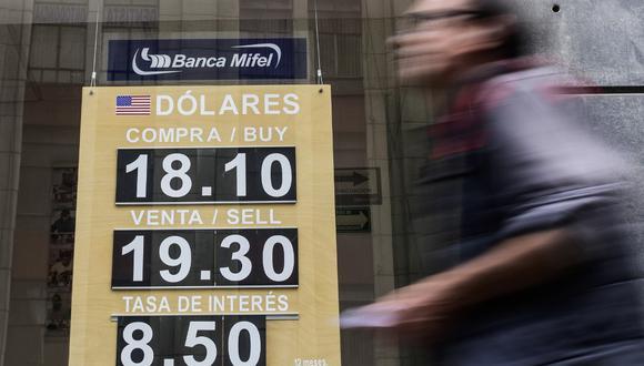 El dólar se cotizaba a la baja en México, luego de que en las pasadas seis sesiones, el dólar acumuló una ganancia de un 4,1%. (Pedro PARDO / AFP)