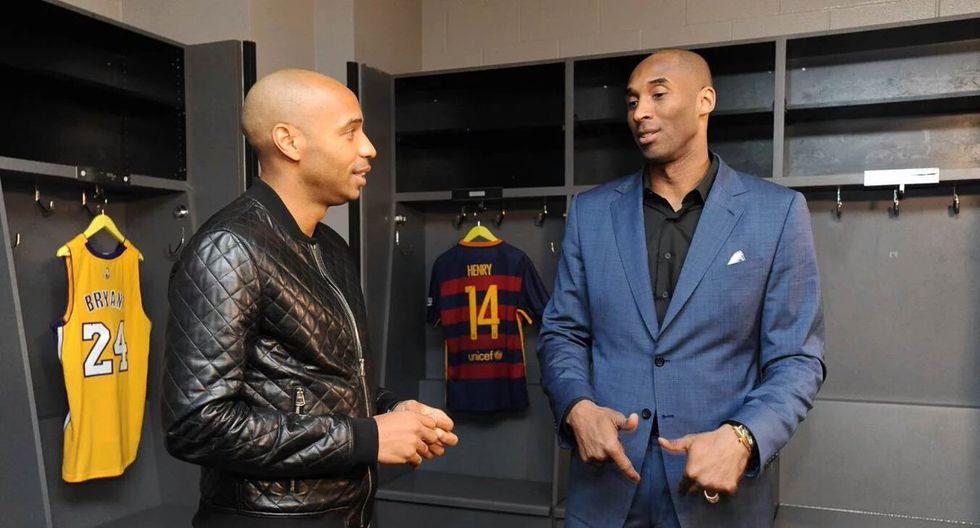 Kobe Bryant junto a Thierry Henry en Barcelona. (AFP)
