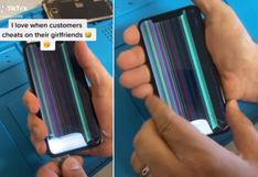 Abrió un celular para repararlo y lo que encontró en su interior se volvió viral