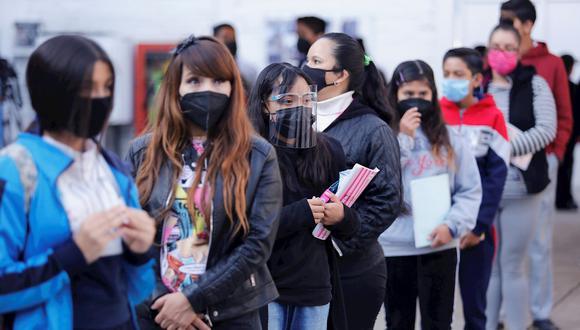 Estudiantes de nivel secundaria, se forman para ingresar a sus aulas, en una escuela en la Ciudad de México. (Foto: EFE/Carlos Ramírez)