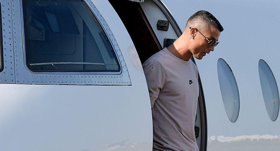 El delantero portugués puso fin a sus vacaciones y aterrizó junto a su familia en el aeropuerto de Turín. (Getty)