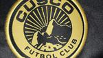 Aspi luce el escudo de la nueva piel de Cusco FC. (Twitter)