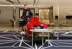 Dani Alves armó peculiar circuito esquivando muebles en su sala para trabajar con el balón [VIDEO]