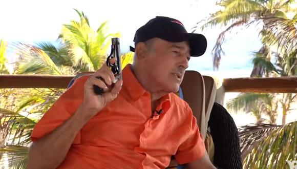 Andrés García no dudó en disparar una ametralladora en medio de una entrevista (Foto: Captura de YouTube)