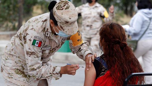 Integrantes del Ejercito Mexicano aplican la vacuna contra el COVID-19. (EFE/Alejandro Zepeda).