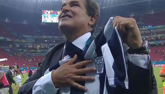 Jorge Luis Pinto recibió una camiseta de Alianza Lima tras la victoria de su Costa Rica sobre Grecia en el 2014. (Foto: Captura de TV)