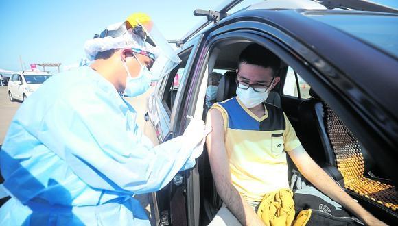 Personal de salud aplica la primera dosis en uno de los Vacunacar. (Foto: GEC)