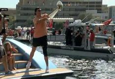 Conexión Brady-Gronkowski sobre el agua: trofeo del Super Bowl pasó de yate a yate en épico festejo [VIDEO]
