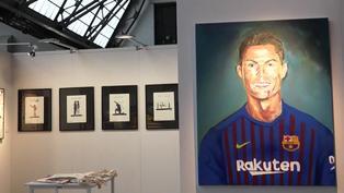 Messi con la camiseta del Madrid y Cristiano con la del Barcelona, en la feria de arte asequible de Bruselas