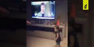 Coronavirus: padre juega fútbol junto a su hijo durante el aislamiento social