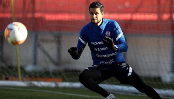 Portero de Chile sufrió lesión en entrenamiento y quedó fuera del partido contra Colombia. (EFE)
