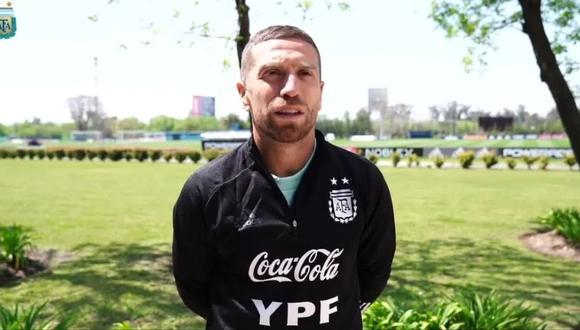 'Papu' Gómez se divierte cortándole el cabello a sus compañeros de la selección argentina.