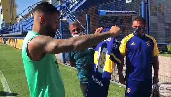 Gabigol recibió hace poco una camiseta de Boca como recuerdo al título de la Libertadores de hace un año. (Foto: Boca Juniors)