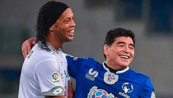 Diego Maradona y Ronaldinho son considerados dos leyendas vivientes del fútbol en la actualidad. (Foto: Getty Images)
