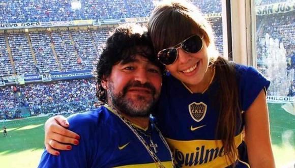 Dalma y su padre, Diego Maradona, en la cancha de Boca Juniors. (Foto: Instagram @dalmararona)