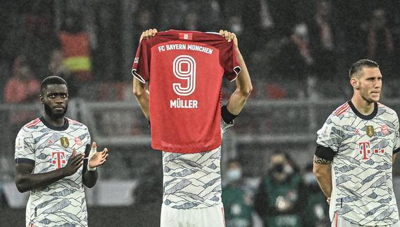 Thomas Muller mostró una camiseta del Bayern y el número y el nombre de la leyenda del fútbol alemán. (Foto: Twitter)