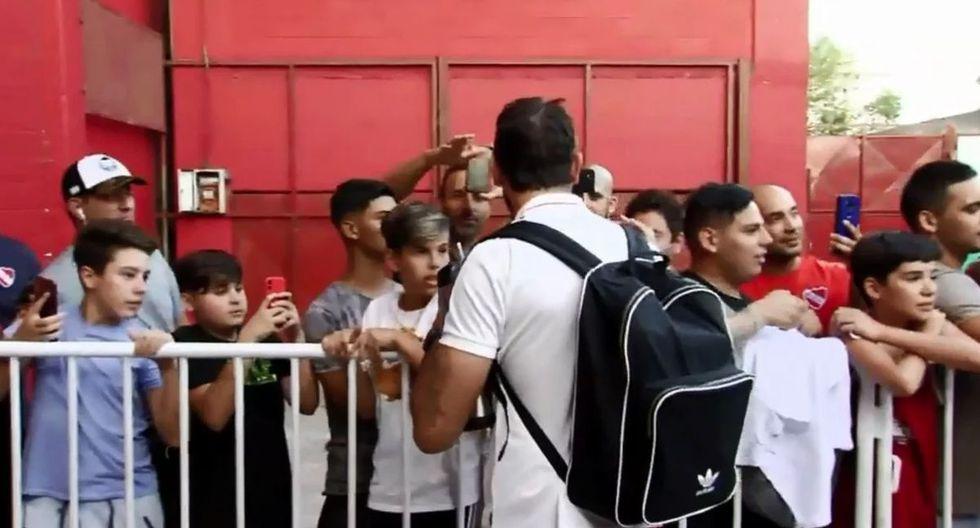 Lucas Pratto y De la Cruz fueron algunos de los jugadores de River Plate que firmaron autógrafos a los hinchas de Independiente. (Foto: Olé)