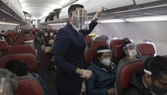 El uso del protector facial en el avión es obligatorio. (Foto: Renzo Salazar | GEC)