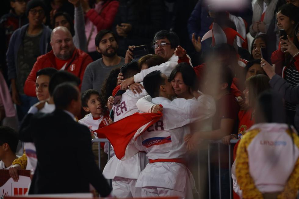 La emotiva celebración del equipo de kata masculino al ganar la medalla de oro en Lima 2019. (Foto: Jesús Saucedo)