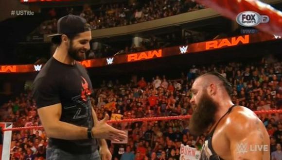 Seth Rollins dándole la mano Braun Strowman después de salvarlo. (WWE/ FOX Sports 2)