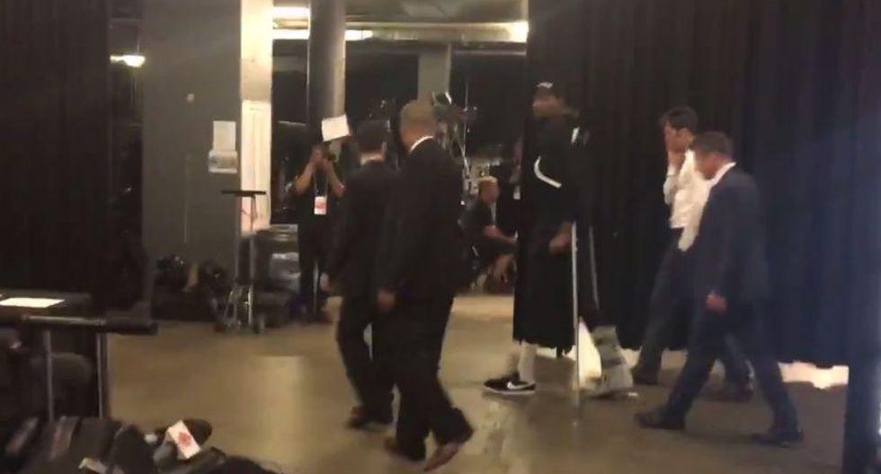 Kevin Durant se retiró del Scotiabank Arena lesionado. (Twitter Phil Barber)
