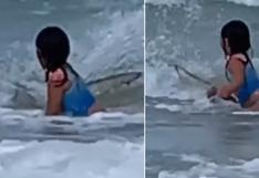 Madre graba el momento en que su hija se encuentra con un tiburón y la escena se vuelve viral