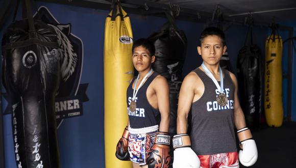 Jhon Condori y Arnold Santiago, ambos peleadores de muay thai en la categoría juvenil, representan a la escuela SSF Corner. (Foto: José Rojas/GEC)