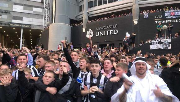 Los hinchas del Newcastle celebraron esta noticias en los exteriores de las instalaciones del club. (Foto: Captura)