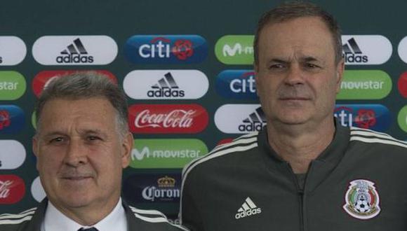 Las constantes llamadas de Martino a Theiler para dar indicaciones en el México vs. Panamá. (Foto: Imago 7)