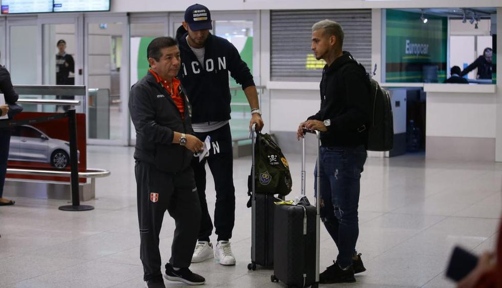 Carlos Zambrano y Miguel Trauco llegaron a Montevideo. (Fotos: Jesús Saucedo)