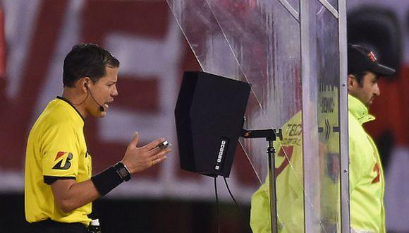 Víctor Hugo Carrillo anuló gol de River ante Cerro tras nueva intervención del VAR. (Video: FOX Sports 2 / Getty)