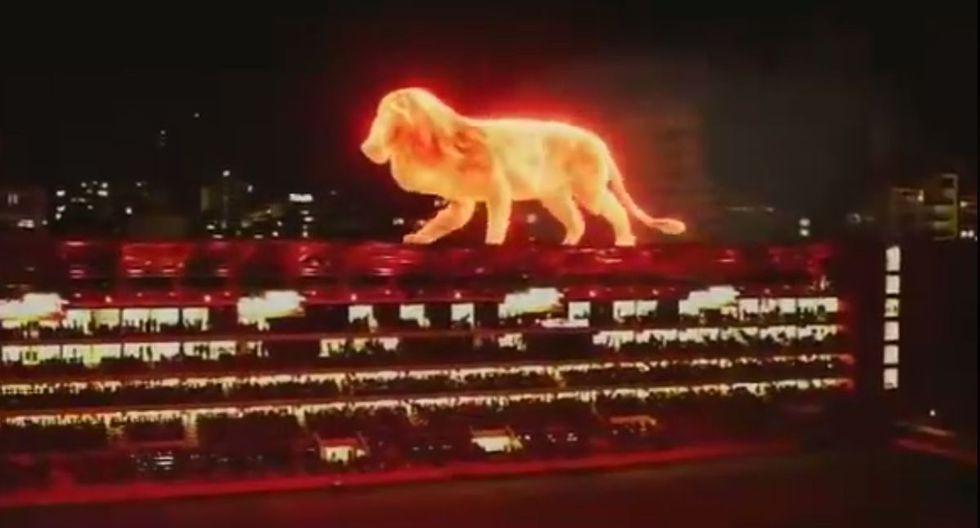 Un león de fuego apareció caminando sobre el techo del nuevo estadio de Estudiantes. (YouTube)