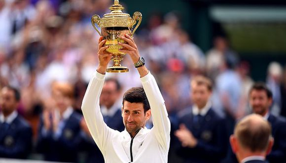 Novak Djokovic levantando el título en el All England Club. (Getty Images)
