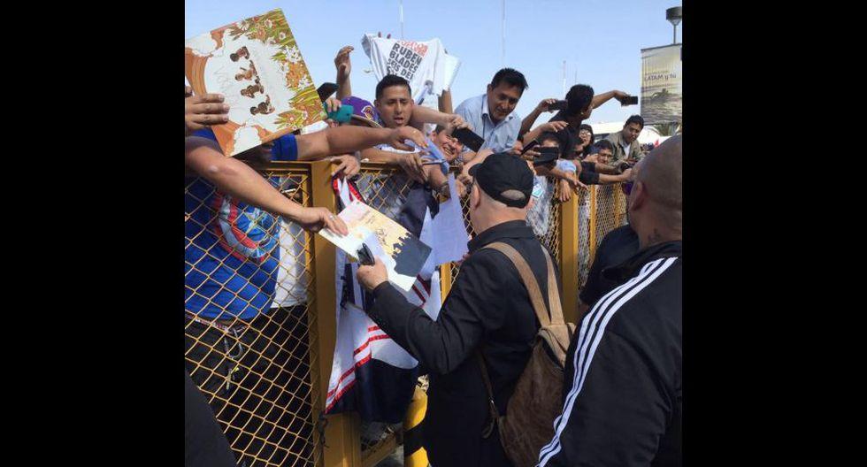 Rubén Blades en Lima, el hincha blanquiazul firmó camisetas de Alianza Lima. (Composición: Depor)
