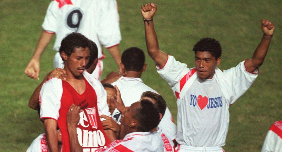 """Hermosa postal del Perú vs. Paraguay que arrancó las Eliminatorias a Japón-Corea 2002. El 'Chorri' hizo inmortal la frase """"Te amo, Perú"""". FOTO: ROBERTO MATTA / EL COMERCIO."""