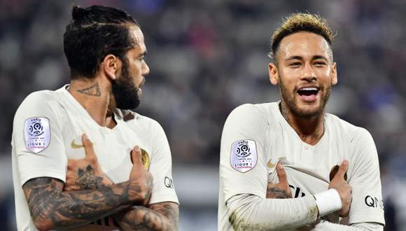 Dani Alves y Neymar fueron compañeros en el Barcelona y PSG. (Foto: AFP)