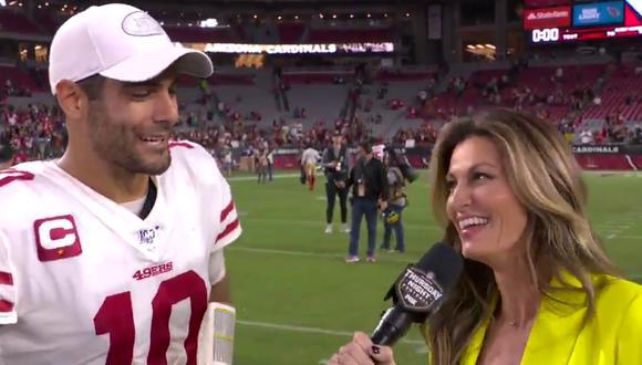 El quarterback de los 49ers y una reportera protagonizaron un momento para el recuerdo que desató comentarios de todo tipo en las redes sociales.   Crédito: @NFLonFOX / Twitter.