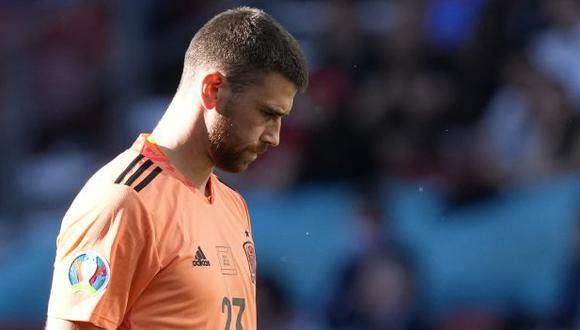 Unai Simón tuvo un 'blooper' y todo acabó en autogol, finalmente de Pedri, según la UEFA. (Foto: AFP)