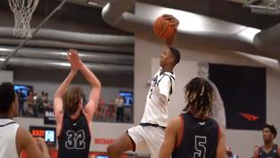 Video viral: Joven de 17 años sorprende al jugar baloncesto con un solo brazo
