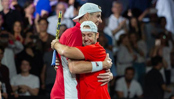 John Isner y Jack Sock celebrando su victoria en la Laver Cup con un abrazo. (Foto: Getty Images)