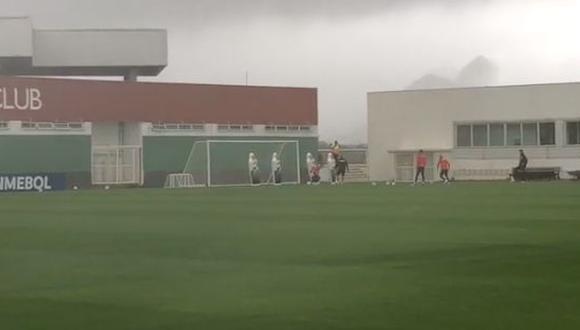 La Selección Peruana entrena bajo una fuerte lluvia de cara a la final de la Copa América. (Foto. Captura)