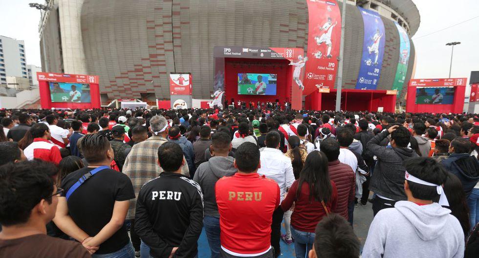 A miles de kilómetros, en el Perú, no había un solo hincha que no estuviera viendo a la bicolor. (Foto: Violeta Ayasta)